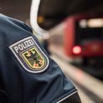 """Polizeibekannter """"Mann"""" schubst Frau (34) von Bahnsteig – sie wird von Zug überrollt und stirbt"""