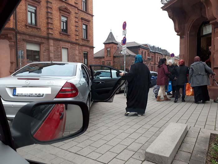 Heute vor der Landauer Tafel: Bedürftige Migranten fahren mit Mercedes vor