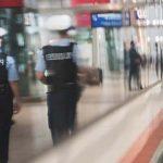 Afrikaner greift eine Gruppe Reisende im Hauptbahnhof mit Pfefferspray an, schlägt einen 18-Jährigen ins Krankenhaus