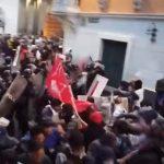 """""""Verräter!"""" – Ecuadorianische Polizei knüppelt wütende Assange-Unterstützer nieder"""