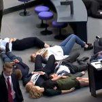Klima-Deppen im Bundestag: Jugendliche legen sich auf den Boden und stellen sich tot