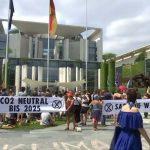 Klima-Wahn: Aktivisten ketten sich an Zaun des Kanzleramts