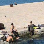 """""""Wir dachten, es sei ein Pool"""" – Triest: Drei Afghanen waschen sich und ihre Kleidung am Molo Audace (Kai/Hafen)"""