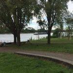 """Ein Paar sitzt am Beueler Rheinufer auf einer Bank – Plötzlich sticht ein """"Südländer"""" auf den Mann ein"""