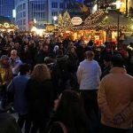 """Macht man heute so: """"Mann"""" spaziert mit Dolch und Machete über Weihnachtsmarkt"""