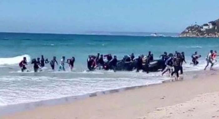Schiff hat über 400 illegale Migranten am Strand Siziliens abgeladen – alles junge Männer