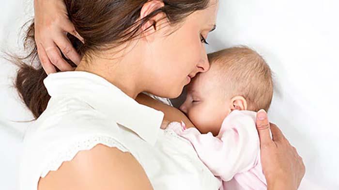 Unglaublich: Baby von Jugendamt der Mutterbrust entrissen