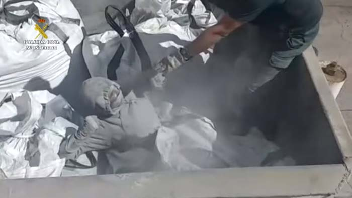 Spanische Polizei findet Migranten in Müllwagen und giftiger Asche